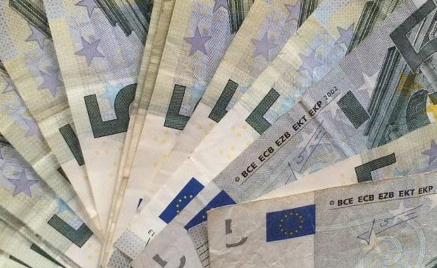 """Będzie specjalne rozporządzenie Komisji Europejskiej, by uzależnić unijne fundusze między innymi od praworządności – dowiedziała się nasza dziennikarka Katarzyna Szymańska-Borginon. """"W dokumentach, które leżą na stole, nie ma jednak bezpośredniego uzależnienia funduszy od procedury art. 7 Traktatu UE"""" - powiedział dziennikarce RMF FM urzędnik KE. To oznacza, że nie będzie automatyzmu przy zamrażaniu pieniędzy."""
