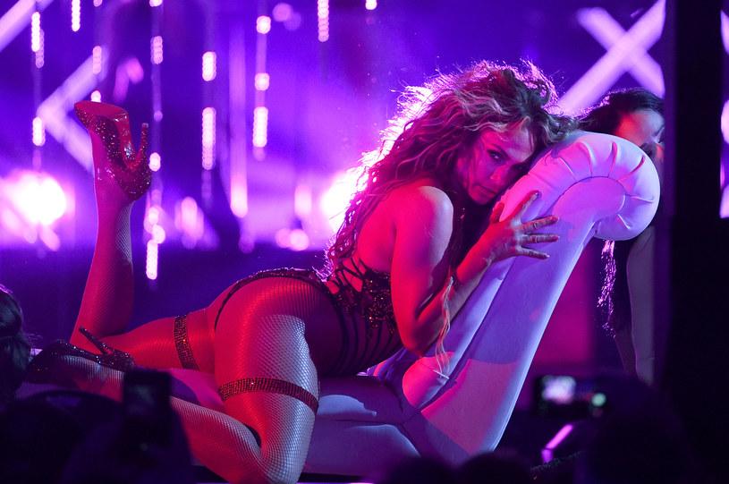 """Zobaczcie mocno kolorowy teledysk """"Se Acabó El Amor"""" z udziałem Jennifer Lopez, Abrahama Mateo i Yandela."""