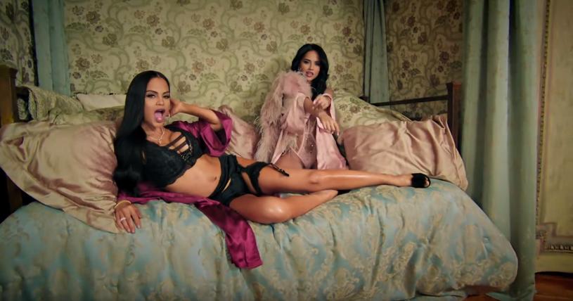 """Latynoskie wokalistki Becky G i Natti Natasha zaprezentowały gorący teledysk do utworu """"Sin Pijama""""."""