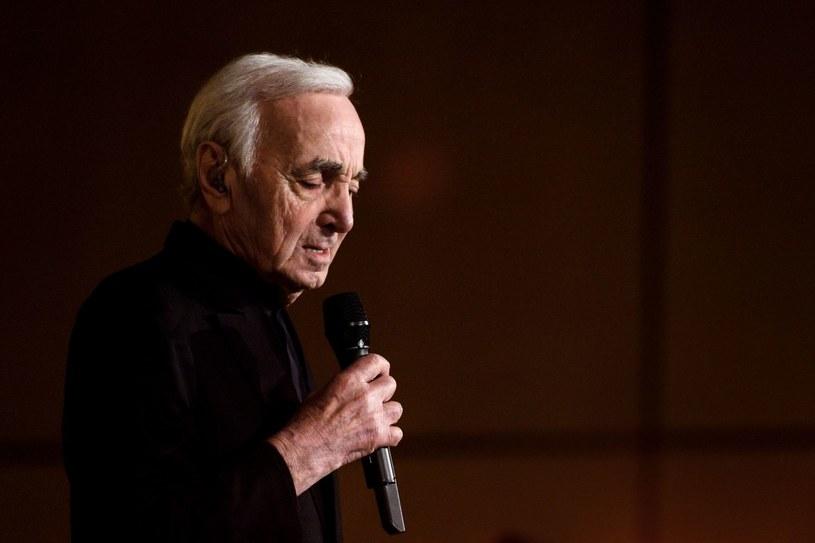 Francuski piosenkarz Charles Aznavour po złamaniu ręki musiał zmienić swe koncertowe plany. 93-Letni pieśniarz nie odwołuje tournee, a jedynie przekłada je o miesiąc.