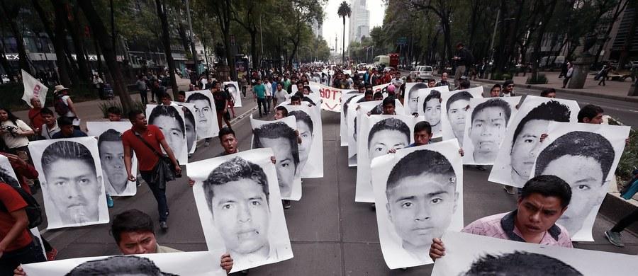 Trzy osoby zaginęły na początku kwietnia. Kolejne trzy osoby, które wyruszyły na poszukiwania - również zniknęły. Meksykańskie władze ogłosiły w czwartek, że szukają sześciu zaginionych osób w stanie Oaxaca w południowym Meksyku.
