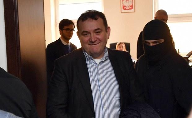 Przyjmujemy z oburzeniem fakt, że marszałek Sejmu nie poddał pod głosowanie wniosku o reasumpcję głosowania ws. wyrażenia zgody na zatrzymanie i tymczasowe aresztowanie posła Stanisława Gawłowskiego - napisało w niedzielnym oświadczeniu siedmiu b. marszałków Sejmu.