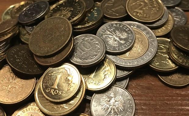 8,4 miliarda złotych - tyle długów mają mieszkańcy małych polskich miast. Najczęściej zadłużają się mężczyźni, zwłaszcza ci mieszkający w województwach położonych na zachodzie i w centrum kraju. To najnowsze dane z raportu Krajowego Rejestru Długów.