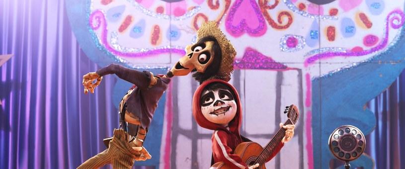 """Film """"Coco"""" - obsypana nagrodami animacja studia DisneyPixar - już od 9 maja jest dostępna na płytach Blu-ray i DVD. Film otrzymał w tym roku dwa Oscary w kategoriach: najlepsza animacja długometrażowa oraz najlepsza piosenka - """"Remember me"""" oraz Złoty Glob. W polskiej wersji dubbingowej wystąpili m.in. Maciej Stuhr, Bartosz Opania i Agata Kulesza."""