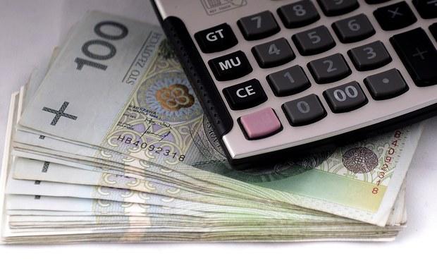 Do komisji wspólnej rządu i samorządu trafił projekt rozporządzenia, na mocy którego obniżone zostaną pensje samorządowców. Jak się dowiedzieliśmy, już w przyszłym tygodniu ma się nim zająć rząd. To rozporządzenie reguluje, jakie mogą być minimalne i maksymalne wynagrodzenia samorządowców.