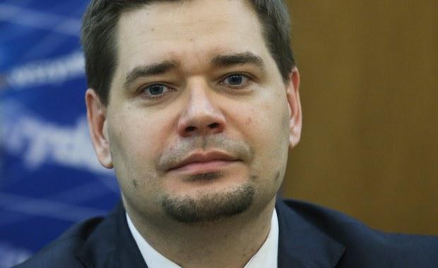 Były wiceminister sprawiedliwości, profesor Michał Królikowski zatrzymany w śledztwie dotyczącym wyłudzeń podatku VAT w handlu paliwami. Był pełnomocnikiem jednego z głównych podejrzanych w tej aferze, którą wyjaśnia prokuratura regionalna w Białymstoku. Przed godz. 17:00 reporterzy RMF FM ustalili, że w tej sprawie zatrzymana została kolejna osoba - biznesmen.