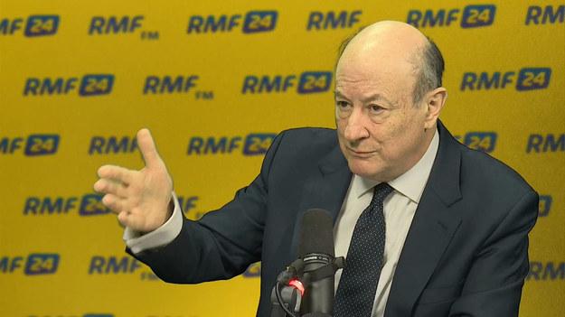 """Oczywiście - tak w Popołudniowej rozmowie w RMF FM Jacek Rostowski odpowiada na pytanie Marcina Zaborskiego, czy stawi się przed komisją śledczą ws. VAT. Myślę, że damy sobie bardzo dobrze radę - ocenia były wicepremier. Jak twierdzi, kolejność wezwań jest dla niego obojętna. """"Jestem gotowy"""" - deklaruje. I twierdzi, że nie usłyszy żadnych prokuratorskich zarzutów w związku z tą sprawą. """"Całą rzecz z VAT-em uruchomiło zniesienie 30-proc. automatycznej sankcji od błędów VAT-owskich"""" - mówi Rostowski. Przyznaje, że sankcję zniósł rząd PO. """"Ale ustawa była przygotowana przez rząd PiS, Zytę Gilowską. Myśmy tę ustawę odziedziczyli i wspólnie z PiS-em uchwaliliśmy. Z dzisiejszej perspektywy był to błąd"""" - twierdzi były wicepremier. """"Nie mieliśmy na biurku luki VAT-owskiej"""" - dodaje. """"Kłamstwo VAT-owskie PiS polega na tym, że Mateusz Morawiecki mówi, że oni na skutek uszczelnienia uzyskali 30 mld zł w ub. roku, a Komisja Europejska mówi, że to 7-10 mld"""" - zauważa gość Marcina Zaborskiego. """"Kłamstwo polega na tym, że za PiS mamy dużo importu, daje to dużo VAT-u, mamy mało inwestycji, a inwestycje powodują zwrot VAT-u. A PiS od 2 lat chodzi i utożsamia wzrost dochodów po pierwsze z luką, po drugie z uszczelnieniem"""" - komentuje Rostowski."""