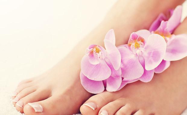 Lato i wiosna to czas, kiedy nareszcie możemy włożyć na nogi wygodne klapki lub sandały. Nasze nogi mogą odpocząć, a my czujemy się o wiele bardziej swobodnie. Czy zawsze? Niestety bardzo często musimy rezygnować z takiego rozwiązania ze względu na zły stan naszych stóp i nóg. Jak nie dopuścić do tego problemu i jak z nim walczyć?