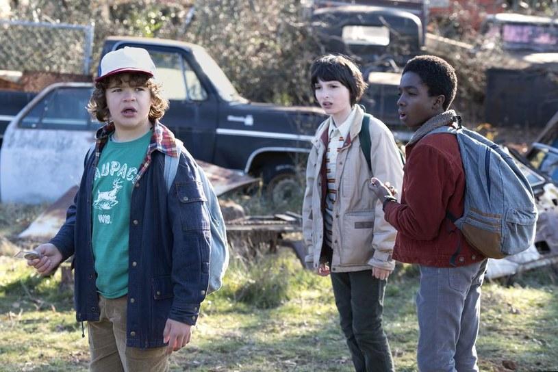 """Życie twórców hitowego serialu Netflixa """"Stranger Things"""" nie jest łatwe. Miesiąc temu bracia Duffer zostali oskarżeni o kradzież pomysłu na produkcję, a teraz zagraniczne media informują o kolejnym problemie ekipy."""