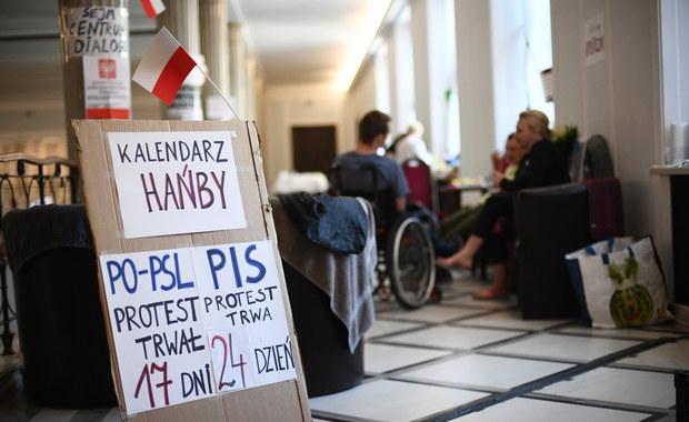W Sejmie odbyła się kolejna tura rozmów pomiędzy minister rodziny, pracy i polityki społecznej Elżbietą Rafalską a protestującymi niepełnosprawnymi i ich opiekunami. Oprócz kwestii, które były poruszane przy poprzednich spotkaniach, pojawił się nowy wątek. Protestujący chcieli zweryfikować informacje, że mają zostać wyrzuceni z Sejmu, gdy w budynku ktoś spowoduje symulowany alarm.