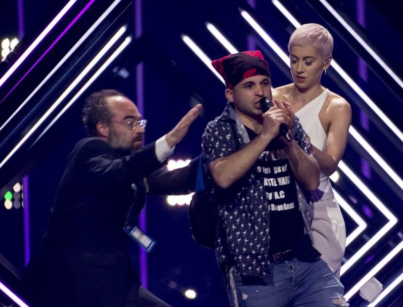 Do skandalu doszło w trakcie finału 63. Konkursu Piosenki Eurowizji w Lizbonie, gdy na scenę wtargnął mężczyzna i wyrwał SuRie mikrofon. W brytyjskich mediach pojawiły się informacje, że ich reprezentantka mogła być celem ataku terrorystów.