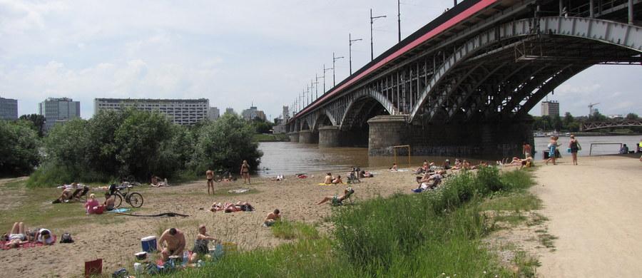 Policjant ze śródmiejskiej komendy w pełnym umundurowaniu pospieszył na pomoc tonącemu mężczyźnie, który rzucił się w Warszawie w rejonie Bulwarów Wiślanych do rzeki.