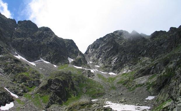 Całą noc spędził na Rysach lekkomyślny turysta, który w niedzielę późnym popołudniem wybrał się na ten najwyższy szczyt polskich Tatr w… adidasach. Mężczyzna utknął pod kopułą szczytową w twardym śniegu, po którym nie był w stanie się poruszać.