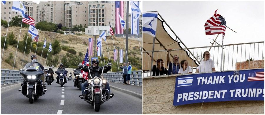 Podwójne święto ma dzisiaj Izrael, Palestyńczycy - podwójny pretekst do demonstrowania gniewu. 70 lat temu proklamowano powstanie Państwa Żydowskiego. I właśnie w tym szczególnym na Izraelczyków dniu ma miejsce szczególne wydarzenie: oficjalne przeniesienie ambasady Stanów Zjednoczonych z Tel Awiwu do Jerozolimy. Sytuacja na Bliskim Wschodzie jest bardzo napięta. Ugrupowania palestyńskie zapowiadają masowe protesty, Izrael wysyła na granice z Autonomią Palestyńską dodatkowe oddziały wojska, a lotnictwo tego kraju rozrzuca ulotki z apelem, by Palestyńczycy nie zbliżali się do ogrodzenia oddzielającego państwo żydowskie od Strefy Gazy. Z kolei w samej Jerozolimie ulice patrolują dwa tysiące policjantów.