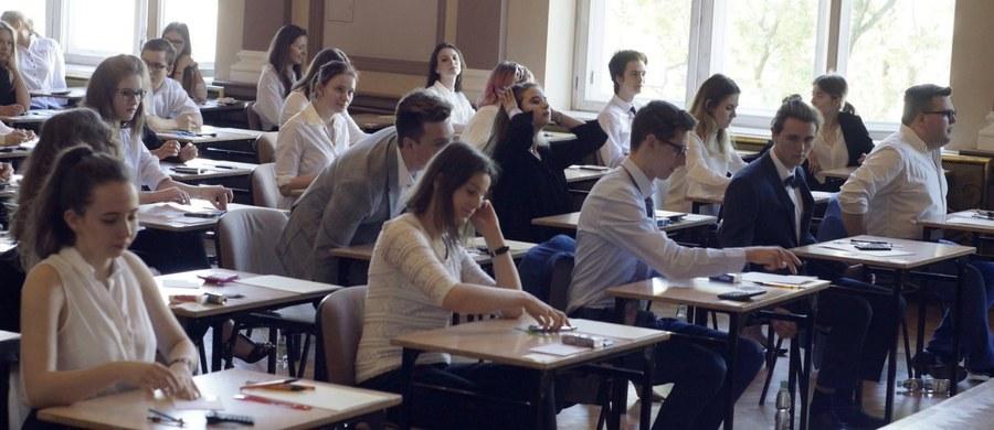 O godz. 9.00 maturzyści przystąpili do matury podstawowej z języka niemieckiego. Egzamin trwał 120 minut. Napisało go 15 tysięcy tegorocznych absolwentów liceów i techników. Poniżej publikujemy arkusz CKE z języka niemieckiego na poziomie podstawowym wraz z proponowanymi rozwiązaniami.