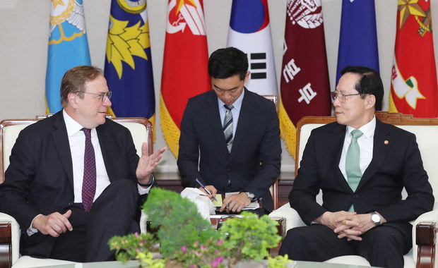 Jak informuje Reuters Korea Północna odwołała rozmowy z Koreą Południową. Koreańczycy z północy tłumaczą, że nie mieli wyjścia i musieli odwołać zaplanowane spotkania, bo mimo zapewnień o ociepleniu stosunków, Korea Południowa prowadzi z Amerykanami ćwiczenia wojskowe. Pjongjang zagroził też, że odwoła spotkanie z Donaldem Trumpem.