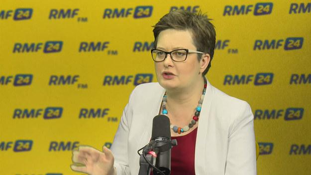 """Czym różnimy się od PO? Przede wszystkim wartościami. Kwestie liberalne i światopoglądowe. Rozdział kościoła od państwa. Jesteśmy też za przyjęciem euro i nie ściemniamy. Jesteśmy proeuropejscy"""" – mówi gość Porannej rozmowy w RMF FM szefowa Nowoczesnej Katarzyna Lubnauer. """"Pewien etap mamy za sobą. Coś się skończyło coś się zaczyna. Czasem słońce, czasem deszcz"""" – tak komentuje sytuację w Nowoczesnej. """"Czuję się odpowiedzialna za długi. Ale ja ich nie zaciągałam"""" – podkreśla Katarzyna Lubnauer."""