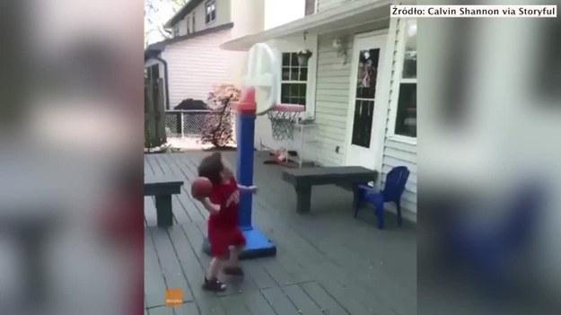 3-latek z Westerville w stanie Ohio stał się koszykarską sensacją. Calvin Shannon podczas gry w mini koszykówkę oddał niekonwencjonalny rzut. Piłka odbiła się od ściany domu, zadaszenia i tarczy kosza, a następnie idealnie przeleciała przez obręcz. Skuteczny rzut zadziwił chyba także samego zawodnika. (STORYFUL/x-news)