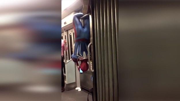 W metrze można spotkać najróżniejszych ludzi. Nikogo więc nie dziwi widok Spider-Mana widzącego na poręczy głową w dół, który przegląda wiadomości na swoim smartfonie. (STORYFUL/x-news)