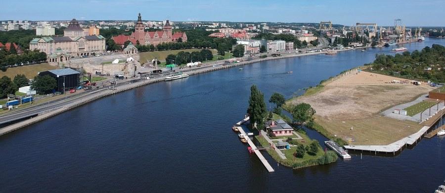 Szczecińscy radni miejscy przyjęli we wtorek uchwałę, która pozwala na picie alkoholu na Bulwarze Gdyńskim nad Odrą. Napoje alkoholowe nie będą mogły mieć mocy większej niż 12 proc.