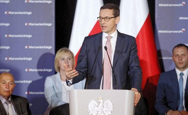 """""""Jeśli damy się zwieść tym syrenim śpiewom, propagandzie naszych przeciwników politycznych, to może wrócić to co było, w niezauważony sposób"""" - mówił premier Mateusz Morawiecki podczas spotkania z mieszkańcami Bystrzycy Kłodzkiej. Szef rządu deklarował, że obóz PiS i Zjednoczonej Prawicy będzie kontynuował programy społeczne. """"Środki na te programy zdobyliśmy nie podwyższając podatki tylko zabierając mafiom VAT-owskim i przestępcom podatkowym"""" - podkreślił."""