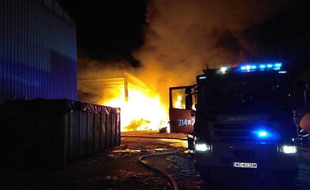 Przy ul. Zawodzie w Warszawie trwa dogaszanie pożaru,  który wybuchł w sortowni śmieci. Na miejscu jest teraz kilkanaście zastepów straży pożarnej.