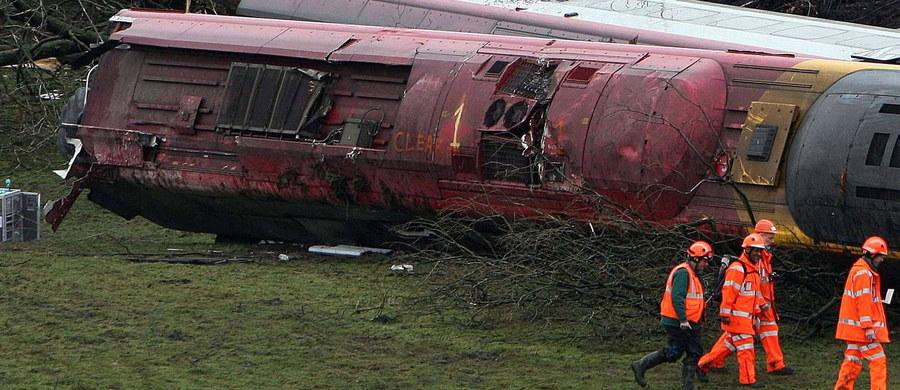 Dwie osoby zginęły, a 20 zostało rannych, w tym kilka ciężko, w wypadku kolejowym koło Turynu na północy Włoch, gdzie w nocy pociąg osobowy uderzył w ciężarówkę na przejeździe. Po zderzeniu lokomotywa i dwa wagony składu wypadły z torów. Do wypadku doszło w miejscowości Caluso w Piemoncie.