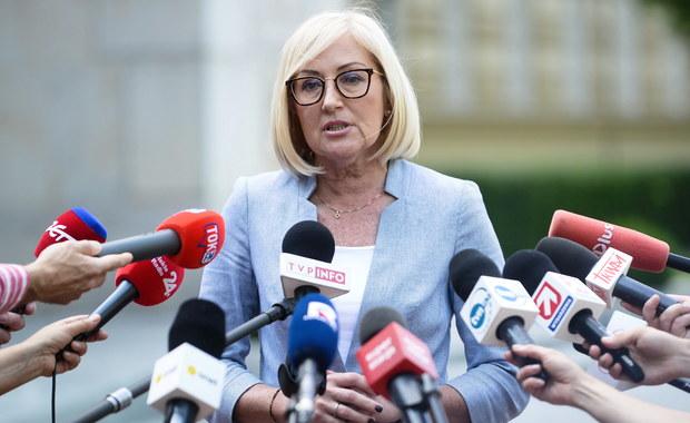 """Rzeczniczka rządu Joanna Kopcińska oceniła, że decyzja podjęta przez uczestników protestu w Sejmie, którzy po 40 dniach opuścili budynek przy Wiejskiej, jest """"dobra i odpowiedzialna"""". """"Dobra, odpowiedzialna decyzja przede wszystkim dla całego środowiska osób niepełnosprawnych"""" – dodała. """"Apeluję, by nie wracać do złych emocji"""" – podkreśliła."""