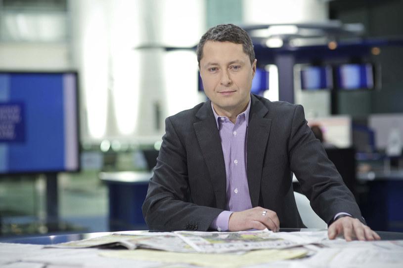 """Dopiero co ogłoszono, że z TVN24 odchodzi Bogdan Rymanowski, a tymczasem okazuje się, że kolejny dziennikarz żegna się ze stacją. To Marcin Żebrowski, gospodarz weekendowych wydań porannego pasma """"Wstajesz i wiesz""""."""