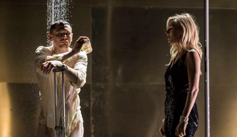"""Sienna Miller i Jack O'Connell występują w spektaklu """"Kotka na gorącym blaszanym dachu"""", pokazywanym w ramach cyklu """"National Theatre Live w Multikinie"""". Retransmisję przedstawienia będzie można zobaczyć 7 czerwca w wybranych kinach sieci Multikino."""