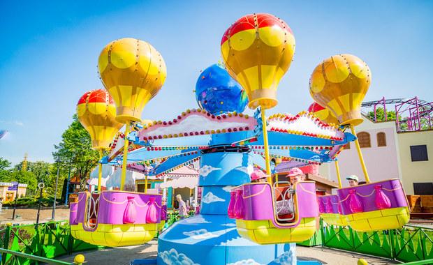 Mamy dla Was cztery rodzinne bilety do Legendii Śląskiego Wesołego Miasteczka. To największy park tematyczny w Polsce. Od blisko 60 lat bawi kolejne pokolenia i zapewnia całym rodzinom niezapomniane wrażenia. Aby zdobyć wejściówki, trzeba wziąć udział w naszej zabawie!