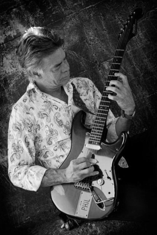 W wieku 65 lat zmarł ceniony australijski gitarzysta Phil Emmanuel, starszy brat innego gitarowego wirtuoza, Tommy'ego Emmanuela.