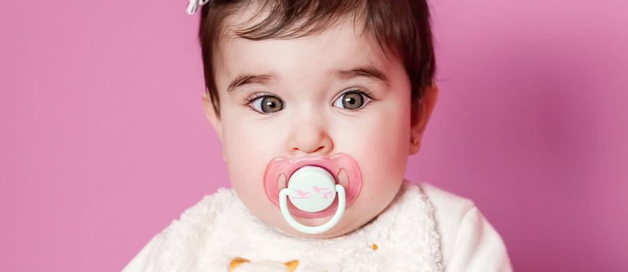 Smoczek to temat kontrowersyjny, budzący wiele wątpliwości. Ciągle padają pytania ze strony młodych mam, czy można go podawać dzieciom i jak to robić, żeby im nie zaszkodzić, czy jest wręcz zakazany. Ortodonta Kamila Wasiluk odpowiada na wszystkie te pytania.