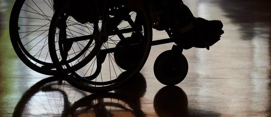 """""""Będziemy gotowi, żeby wszyscy niepełnosprawni skorzystali z nowych udogodnień"""" - zapewnia w rozmowie z RMF FM rzeczniczka Narodowego Funduszu Zdrowia. Osoby, które w niedzielę po 40 dniach zakończyły protest w Sejmie, zamierzają sprawdzać, jak w praktyce będzie działać ustawa, która od lipca da im dostęp do lekarzy i fizjoterapeutów bez kolejki. Z nowych udogodnień mają korzystać tysiące osób naraz."""