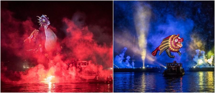 """Smoki opanowały Kraków! Pływające, unoszące się w powietrzu, olbrzymie stwory rozgościły się w sobotni wieczór w Zakolu Wisły u podnóża Wawelu… """"Smoczy"""" pokaz, iluminacje świetlne, pokaz sztucznych ogni i nastrojowa muzyka stworzyły Wielkie Widowisko Plenerowe, podziwiane przez krakowian i turystów. Zobaczcie, jak pięknie to wyglądało!"""