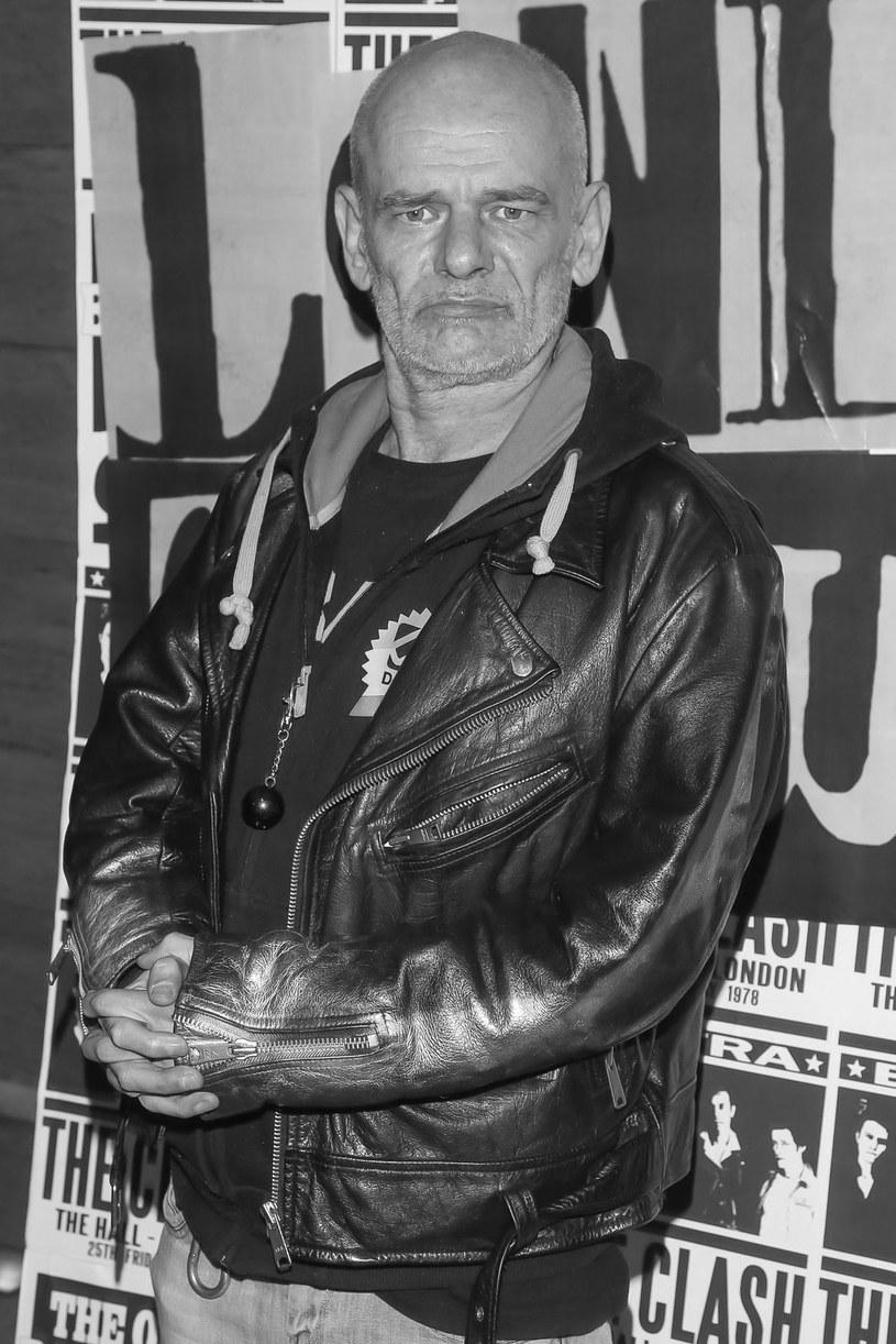 """W niedzielę, 3 czerwca, w wieku 57 lat zmarł Robert Brylewski, legenda polskiej muzyki alternatywnej. Artysta miał również związki z kinem - zagrał jednego z głównych bohaterów w filmie """"Polskie gówno"""" Grzegorza Janowskiego."""