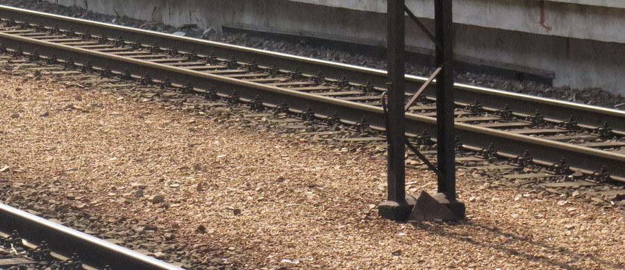 Śmiertelny wypadek w rejonie stacji kolejowej Warszawa-Włochy. Pod pociąg wtargnął jeden z pasażerów.