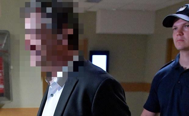 Piotr T., były doradca m.in. Andrzeja Leppera, specjalista ds. wizerunku i marketingu politycznego, stanął przed sądem oskarżony o posiadanie i rozpowszechnianie pornografii z udziałem dzieci i zwierząt. Sąd na wniosek obrony wyłączył jawność na czas składania wyjaśnień przez oskarżonego.