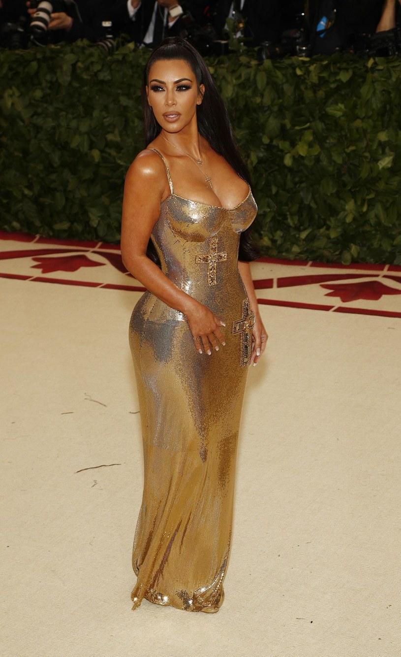 Dla jednych niekwestionowana królowa amerykańskiego show-biznesu, dla innych - skandalistka, która sławę zawdzięcza nie talentowi, a smykałce do biznesu i autopromocji. Nagroda przyznana Kim Kardashian przez prestiżową modową organizację wzbudziła sporo kontrowersji.