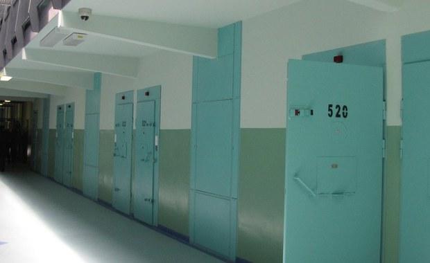 Podejrzany o handel dopalaczami 18-latek z Trzebiatowa w Zachodniopomorskiem najbliższe trzy miesiące spędzi w areszcie. Zdecydował o tym Sąd Rejonowy w Gryficach. Nastolatkowi grozi 8 lat więzienia. Rośnie liczba zatruć dopalaczami. Do zachodniopomorskich szpitali trafiło już 20 osób.