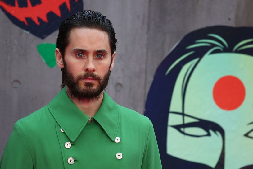 """Jared Leto wkrótce będzie miał szanse opowiedzieć więcej o swoim mrocznym bohaterze Jokerze. Ponownie ma przywdziać strój Jokera z filmu w """"Legion samobójców"""" Davida Ayera z 2016 roku. Aktor ma również wyprodukować film."""