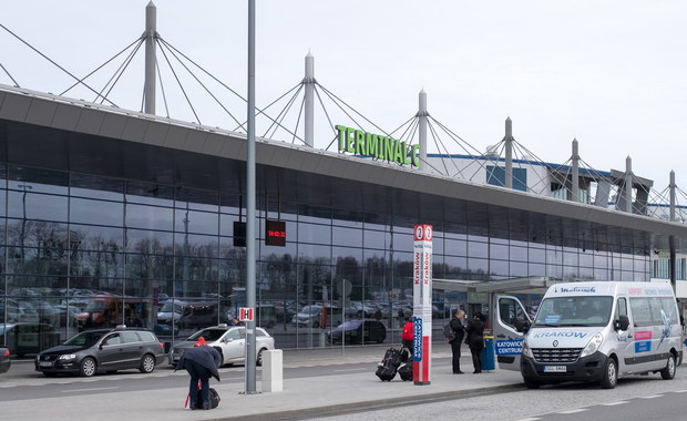 Ponad dobę opóźnienia mają samoloty linii Small Planet, które wczoraj z lotniska w Pyrzowicach miały zabrać turystów na Korfu i na Majorkę. Powodem jest awaria dwóch maszyn. Sygnały o problemach pasażerów dostaliśmy na Gorącą Linię RMF FM.
