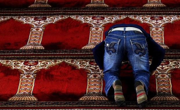 """Pierwsze deportacje finansowanych z zagranicy radykalnych imamów i zamknięcie siedmiu meczetów zapowiedział kanclerz Austrii Sebastian Kurz w ramach """"walki z politycznym islamem"""". """"W naszym kraju nie ma miejsca na społeczeństwa równoległe, polityczny islam i radykalizujące tendencje"""" - powiedział szef austriackiego rządu w Wiedniu."""