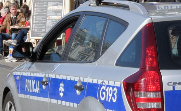 """Do groźnie wyglądającego wypadku doszło na ulicy Sikorskiego w Zawierciu w woj. śląskim. Radiowóz potrącił 8-letniego chłopca. Dziecko zostało przetransportowane do szpitala – pisze """"Dziennik Zachodni""""."""