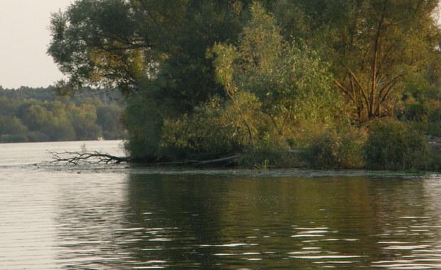 Ciało 28-letniego mężczyzny znaleźli policjanci w rzece w Trzebiatowie w Zachodniopomorskiem. Śledczy nie wykluczają, że przyczyną jego śmierci mogły być dopalacze, którymi zatruło się kilkunastu młodych mieszkańców tej miejscowości.