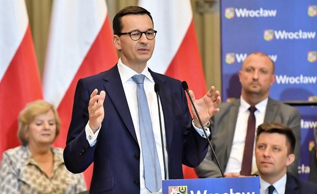"""Jest niezwykle ważne, byśmy przekonali społeczeństwo, że zmiana musi trwać, że nadchodzące wybory są historycznie ważne, nie mniej ważne niż w roku 1989 - stwierdził we Wrocławiu premier Mateusz Morawiecki. Mówił też, że """"nasze małe ojczyzny"""" potrzebują """"odświeżenia""""."""
