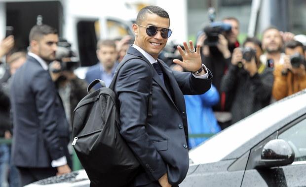 """Cristiano Ronaldo porozumiał się z hiszpańskim fiskusem w sprawie spłaty zaległego zadłużenia wobec organu podatkowego – podaje """"El Mundo"""". Według madryckiego dziennika piłkarz ma zwrócić skarbówce 19 mln euro."""