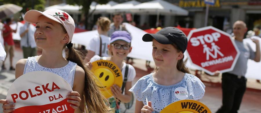 """""""Polska rodziną silna!"""" - pod tym hasłem po raz trzynasty przeszedł w niedzielę ulicami Warszawy Marsz dla Życia i Rodziny. Podczas manifestacji postulowano między innymi o """"jak najszybsze uchwalenie przepisów chroniących prawa dzieci nienarodzonych""""."""