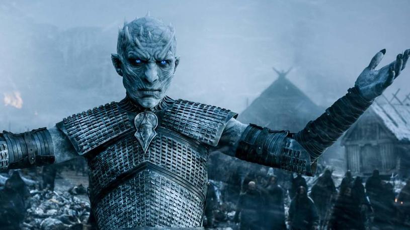"""Fani jednej z największych produkcji HBO z niecierpliwością wyczekują nadejścia ostatniego sezonu """"Gry o tron"""". Do premiery jednak jeszcze rok. W maju zeszłego roku twórca sagi, George R.R. Martin zdradził, że """"Gra o tron"""" nie skończy się na ósmym sezonie. Widzowie będą mogli jeszcze śledzić wydarzenia z uniwersum w spin-offach."""