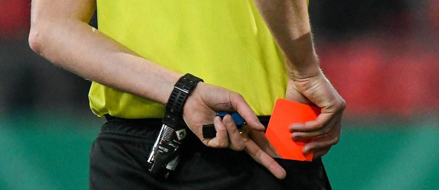 """Zastosowanie systemu wideoweryfikacji VAR podczas Piłkarskich Mistrzostw Świata w Rosji może doprowadzić do zwiększonej liczby czerwonych kartek - twierdzą naukowcy z Uniwersytetu w Leuven w Belgii. Na łamach czasopisma """"Journal of the Psychonomic Society, Cognitive Research: Principles and Implications"""" publikują wyniki badań wskazujących na to, że pod wpływem VAR sędziowie mogą mieć problem z oceną, na ile faul jest wynikiem błędu, a na ile świadomego, celowego działania. Po zobaczeniu powtórek arbitrzy mogą częściej niż zwykle oceniać faule jako celowe i... chętniej sięgać po kartonik."""